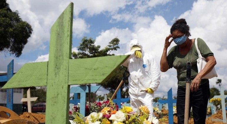 400 mil mortos: luto coletivo deixará cicatrizes, avalia psicólogo
